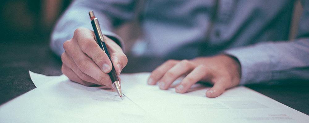 書類にサインしている様子