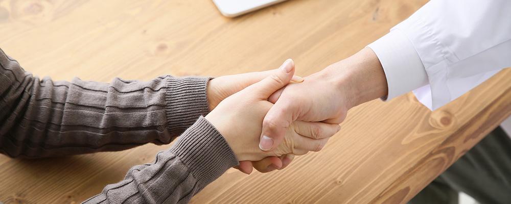 手を握る医師