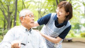 お爺さんに笑顔で挨拶する女性の介護士